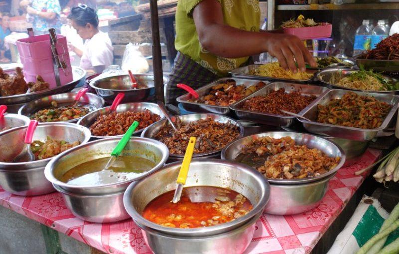 ミャンマーの市場にあるカレー食堂はこんな感じ