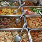 これが「カーオ・ラート・ゲェーン(ぶっかけおかず屋)」。 客が自由におかずを選んでご飯にかけてもらう。